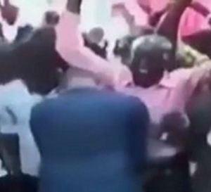بالفيديو.. رجل يدعي قدرته على تكبير العضو الذكري والثدي ببركة يده