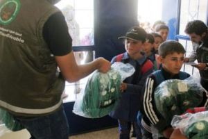 الحملة الوطنية السعودية تواصل توزيع الحقائب المدرسية في مخيم الأزرق للسوريين بالأردن