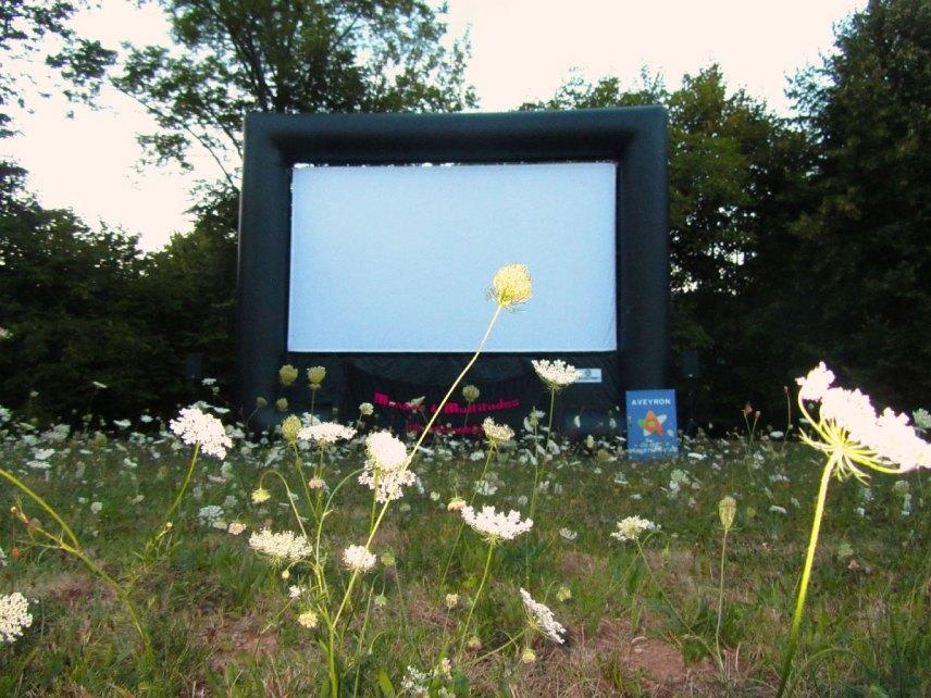 l'écran plein air du cinéma itinérant d'Aveyron