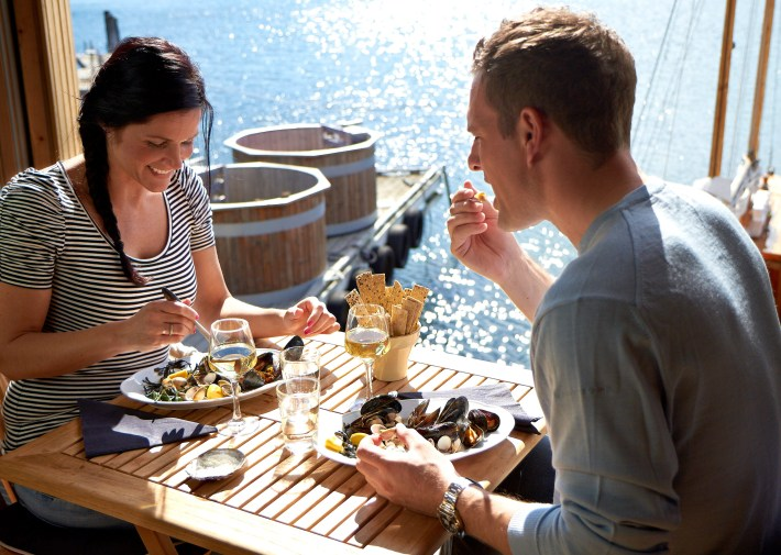 couple-eating-mussel-dinner-by-the-sea-photo-jon
