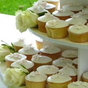 cupcaketoren wit huwelijk trouwfeest bloemen bestellen