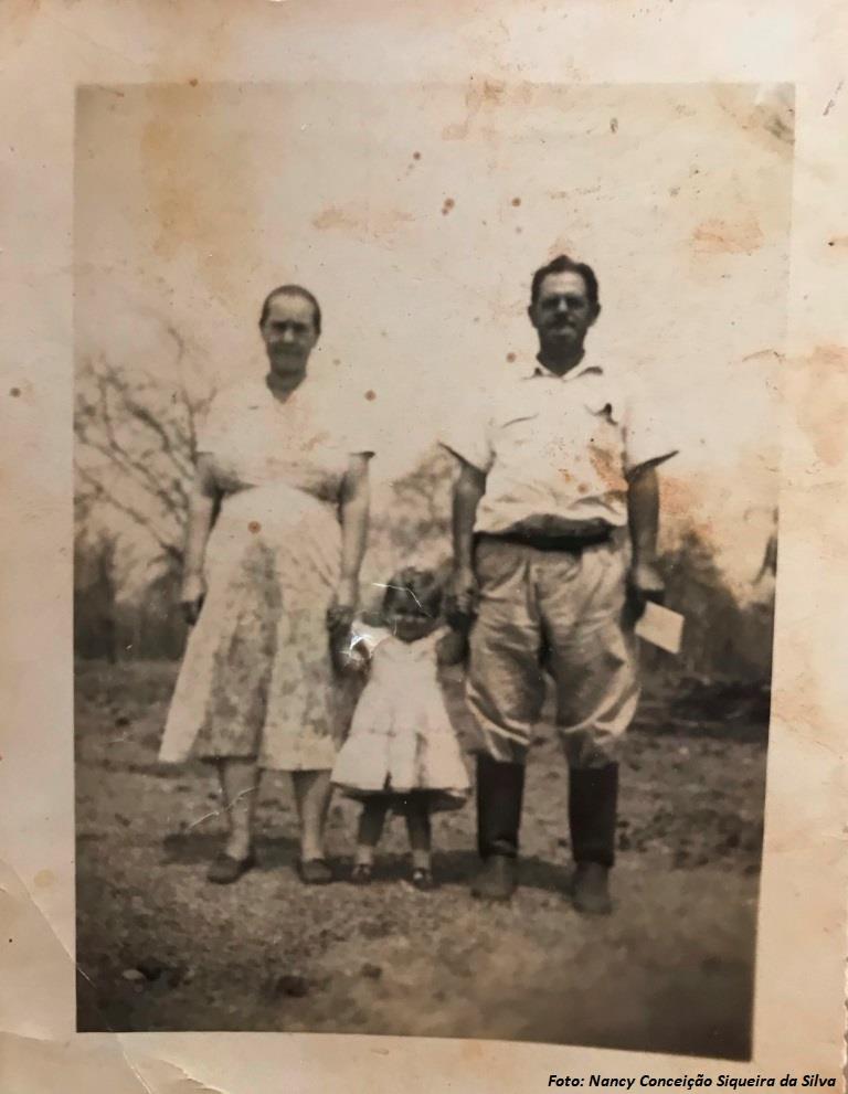 Sr. Antonio Jonas de Menezes e sua Esposa Sra. Laurenciana Maria de Jesus de mãos dadas com Nancy Conceição Siqueira da Silva - Ano de 1953