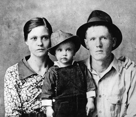 http://i1.wp.com/www.morethings.com/music/elvis/pictures/presley_family_photos/1937-gladys-elvis-vernon-presley.jpg?resize=455%2C392