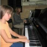 Liza Landázuri en la clase de Piano