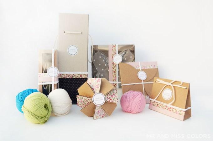 cajas de carton para regalos en un evento