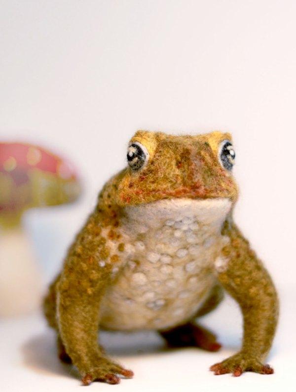 Yvonnes Workshop, needle felted frog