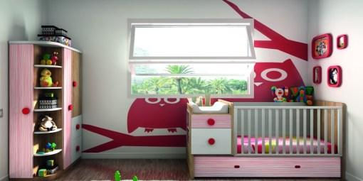 Alegre habitación infantil en tonos rojos y rosas.