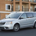 chrysler-town-and-country-2011-03