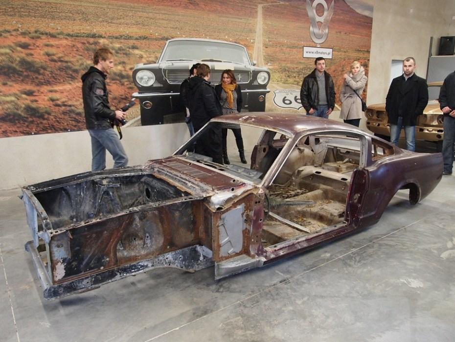"""1966 fastback prezentuje się ciekawie jako główny eksponat w """"Muzeum V8 Motors"""""""