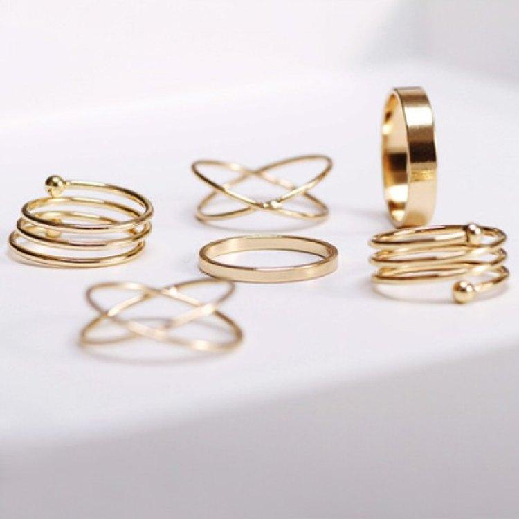złote pierścionki i obrączki