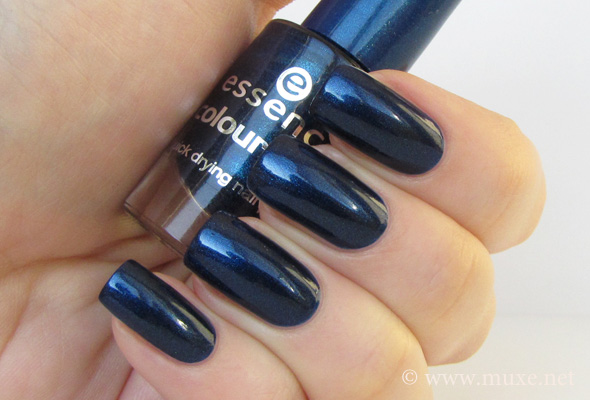 Essence Hard to Resist swatch
