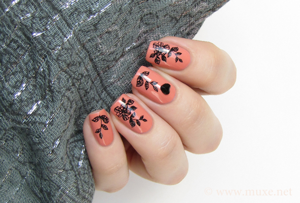 Black flowers on nails design