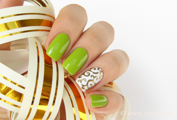 Golden 3D lace nails in green