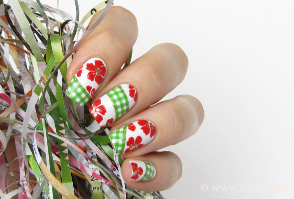 Checkered nails with flowers