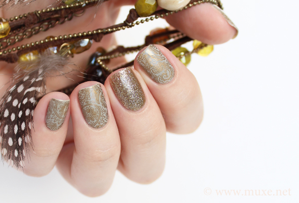 Golden paisley nails design