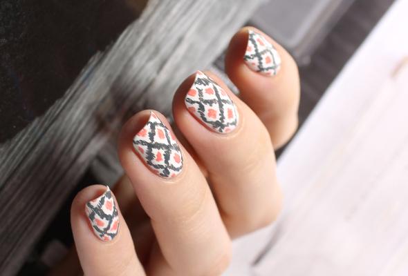 White and gray ikat nails