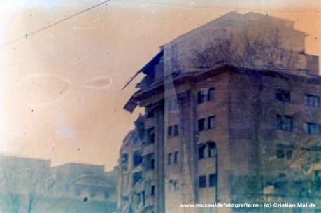 In acest ultim cadru vedem Blocul Dunarea aproape distrus. O data cu el a fost demolata si biserica Enei aflata in dreapta.
