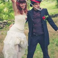 Brudens kjol och korsett samt brudgummens väst.