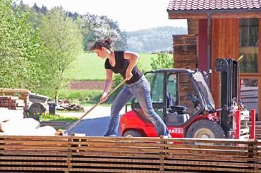 Die mobile Säge von Claus Gerstacker schneidet über 100 Kubik heimisches Holz