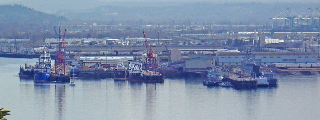 Mount_Rainier_overlooking_the_Port_of_Tacoma