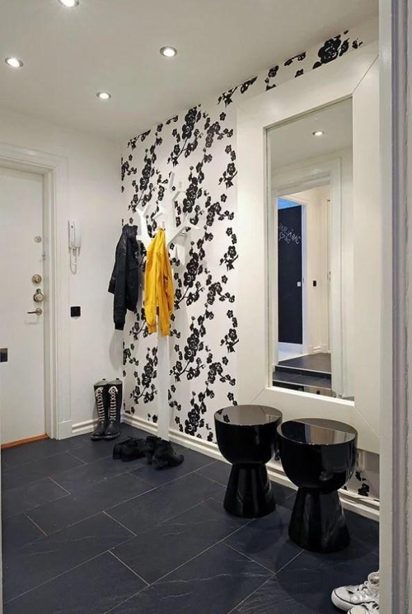 tapetai, juodos gėlės baltame fone, prieškambario interjeras