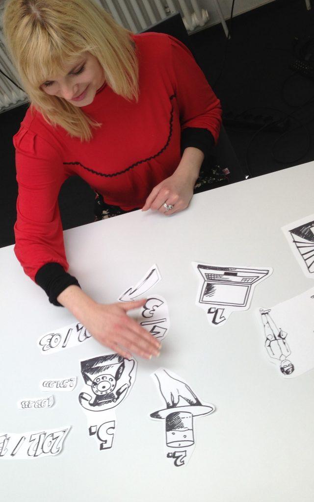 Narratives Management, Frau sortiert Bilder zu einer Geschichte