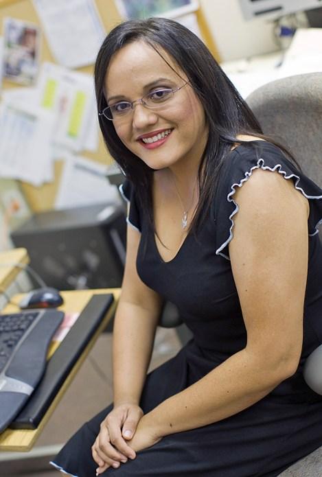 Después de llamar la atención de la NASA en una feria de trabajo en su natal Puerto Rico, Yamira Santiago trabaja el laboratorio de prueba de esfuerzo de materiales en Langley y también participa en pruebas en el Gantry. NASA / Sean Smith. Más información en http://j.mp/1OZIsju