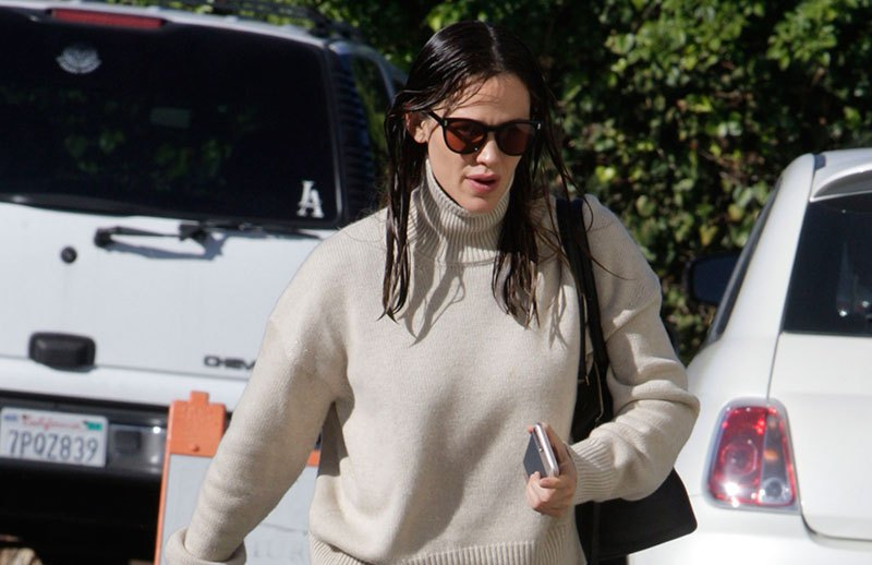 Jennifer Garner appeared to be cheerful as she entered her church in Los Angeles.  Pictured: Jenner Garner Ref: SPL1401486  041216   Picture by: Lauren / Splash News  Splash News and Pictures Los Angeles:310-821-2666 New York:212-619-2666 London:870-934-2666 photodesk@splashnews.com