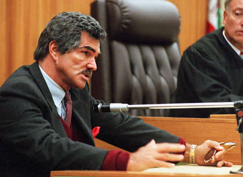 Burt Reynolds (L) testifies on the stand in Los Angeles 05 December at the start of the divorce trial between Reynolds and US actress Lonnie Anderson. The couple's divorce became final in June 1994 and they are in court battling over child support issues. Reynolds testified he is having cash flow problems.