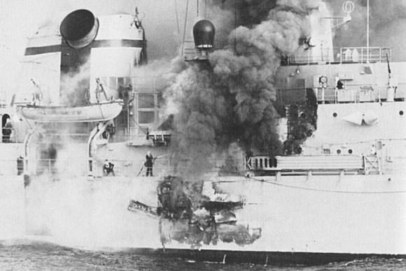 O tamanho do rombo provocado pelo impacto do míssil Exocet AM39 no HMS Sheffield. Até hoje há dúvidas se o a cabeça explosiva do míssil explodiu ou não, mesmo entre os tripulantes. O fato é o combustível residual acabou provocando um incêndio que se alastrou rapidamente em todo o navio. 20 tripulantes perderam a vida.
