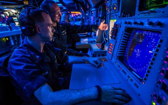 CIC do USS Donald Cook - DDG 75 - console do CIWS para contatos de superfície e aéreos - foto USN 11 de abril 2014