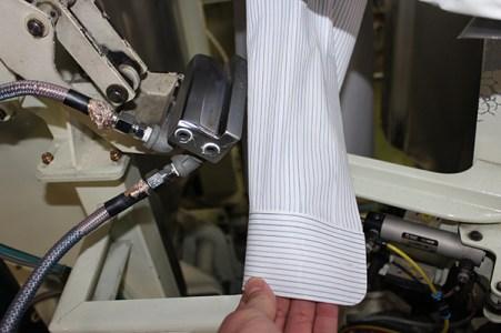 ワイシャツ仕上げロボットで袖タックもきれいに仕上がる