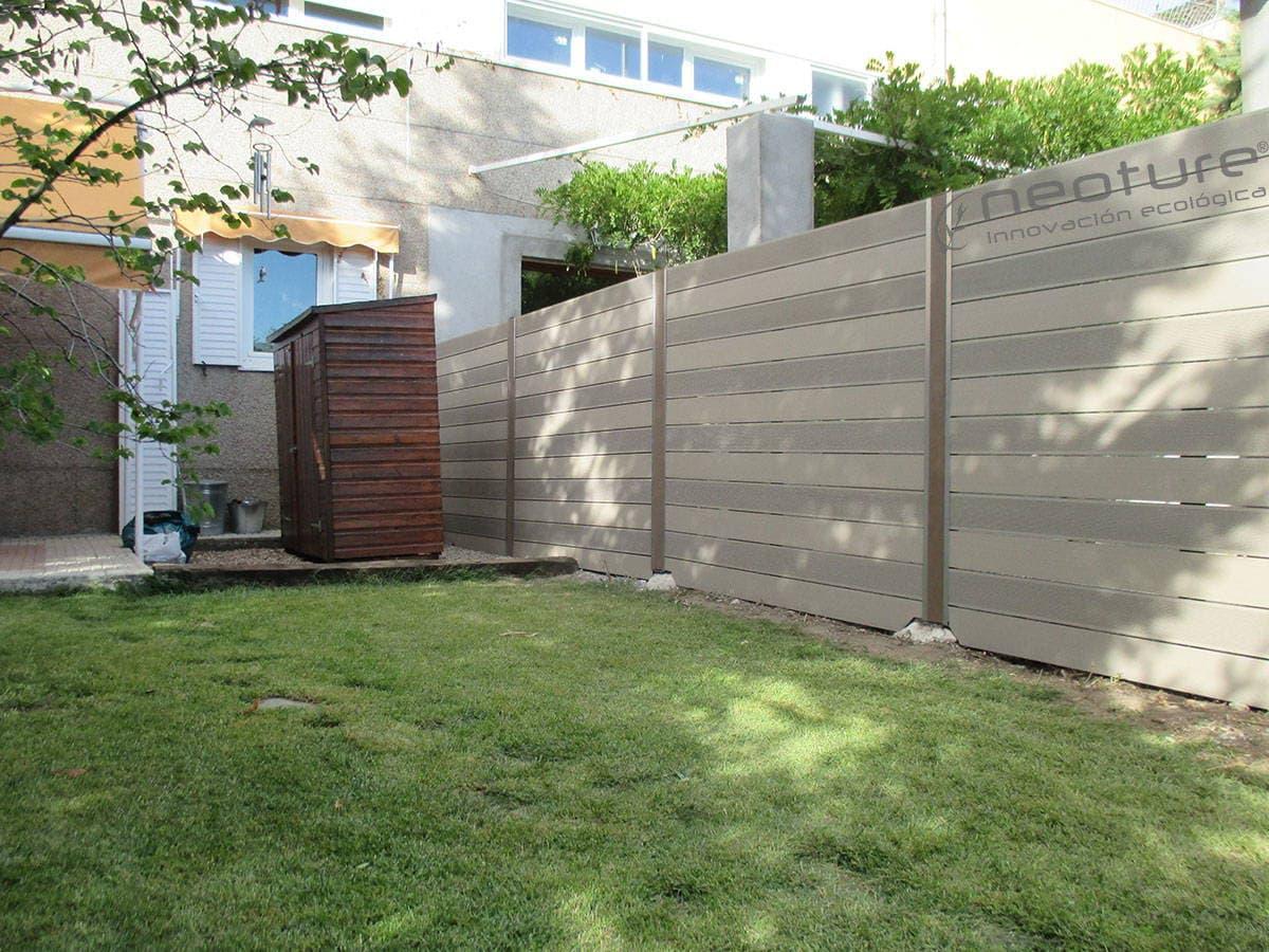 Cerramiento madera sintetica neoblock for Paredes de madera para jardin