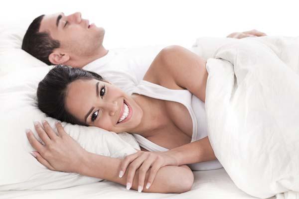 Durchschlafstörungen: Mann und Frau im Bett