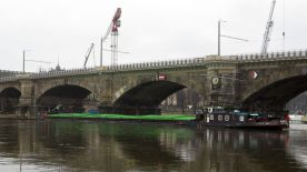 Tschechischer Schlepper blockiert die Elbe