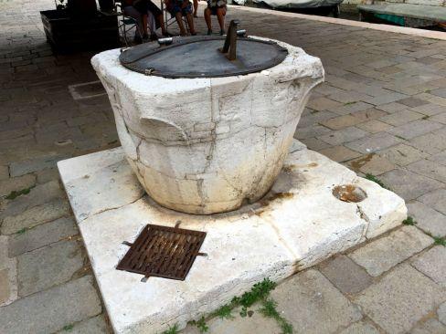 Trinkwasserbrunnen mit extra Versorgung für die Katzen