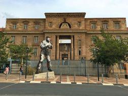 Mandela vor dem Gerichtsgebäude