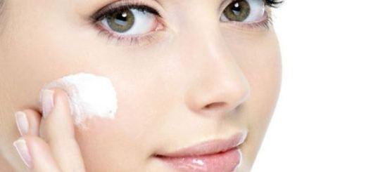 woman applying moisturizer3