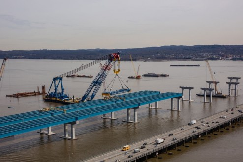 April 6, 2016 – The super crane will continue to raise steel girders for the new bridge with an enormous lifting arm measuring more than 30 stories tall.