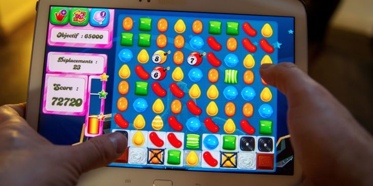 landscape_nrm_1429357938-man_playing_candy_crush_on_a_tablet