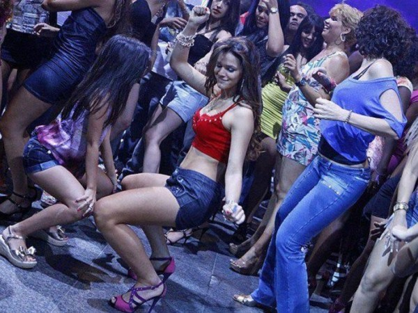 Bruna Marquezine sexy moves, dancing funk in a night club