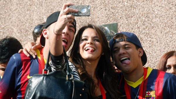 Bruna Marquezine taking photos with friends, in Neymar presentation day in Barcelona