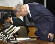 記者会見し、謝罪する愛知県一宮市立浅井中学校の校長(右)(13日午前、一宮市役所)