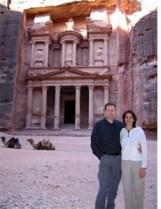 Reisebericht Jordanien: Nikki&Michi vor dem Schatzhaus Khazne al-Firaun von Petra. Foto: www.nikkiundmichi.de