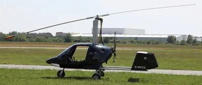 Der Tragschrauber oder Gyrocopter wartet auf den Einsatz.