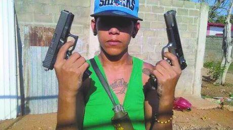 Brayan-Chiquito-presumiendo-pistolas-automaticas_NACIMA20151203_0004_6