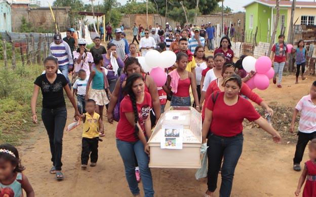 Maracaibo Venezuela 30/09/2016El dia viernes se realizo el entierro de la niña Leydi Josefina Atencio de 8 años, familiares y amigos le dieron una gran despedida en cas de su tia sitio donde le asesino se la llevoi para violarla y luego asesirnarla.Los catos del sepelio se realiuzaron en l cementerio San Sebastian