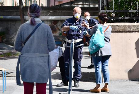 Coronavirus, cominciata la distribuzione dei buoni spesa per le famiglie a Genova