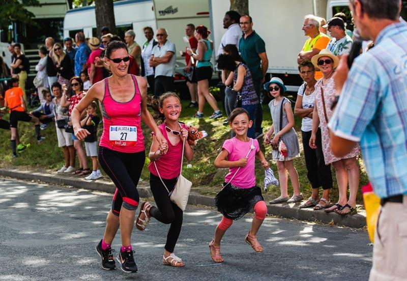 Le plaisir d'accompagner maman dans les derniers mètres de la course des 7.5 km.