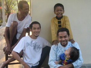 kesedrhanaan alm dg dua putra dan dua cucunya :)